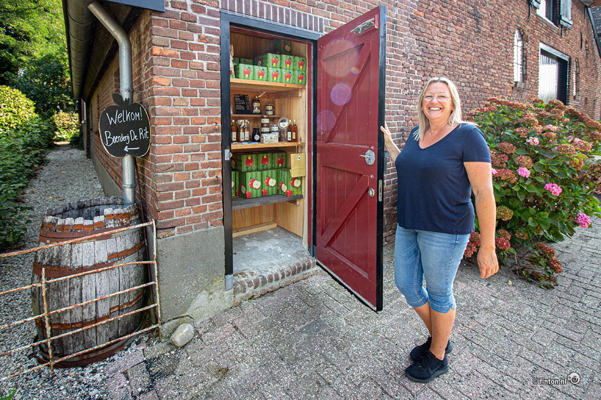 Melissa laat het erfwinkeltje zien
