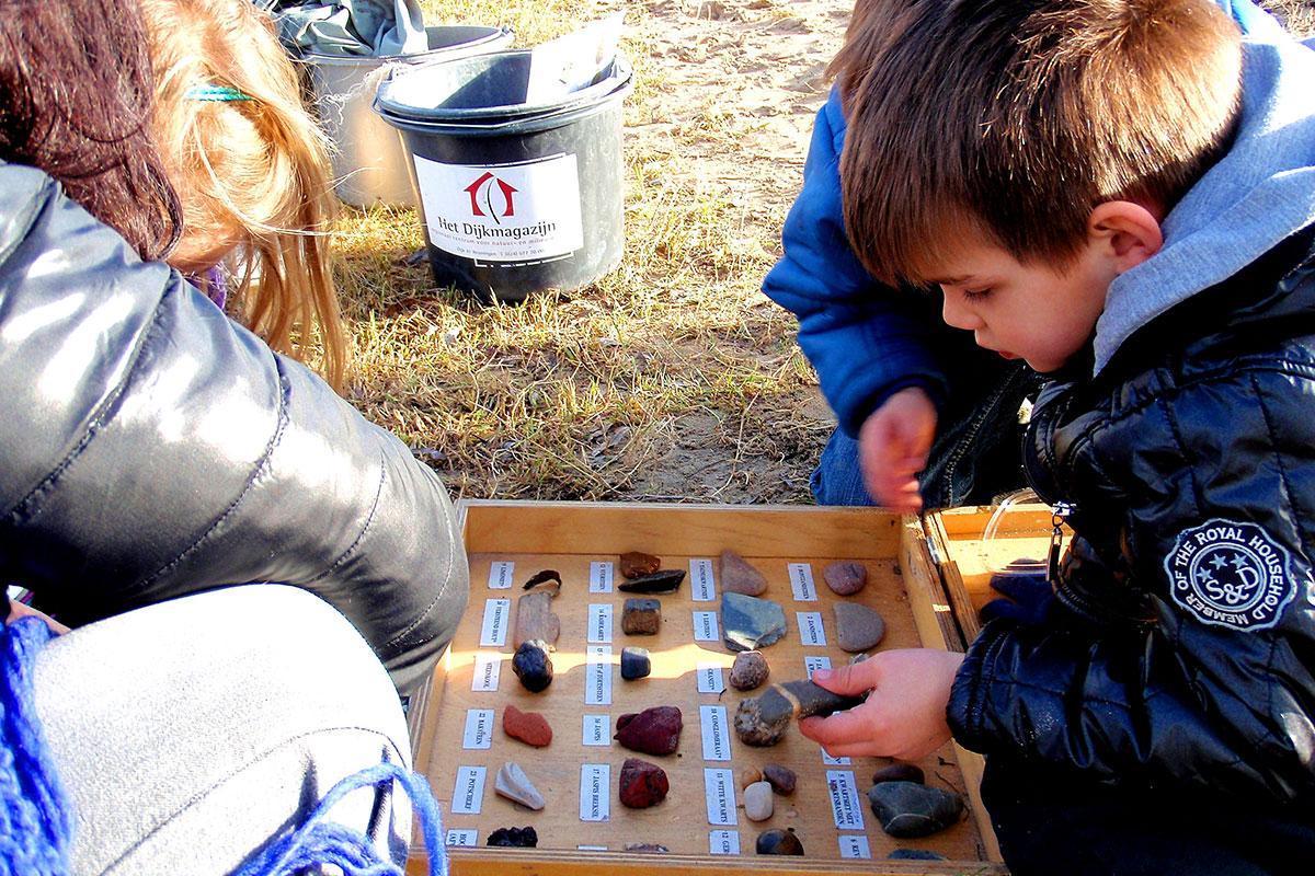 Stenen zoeken en vuur maken voor kinderen met autisme